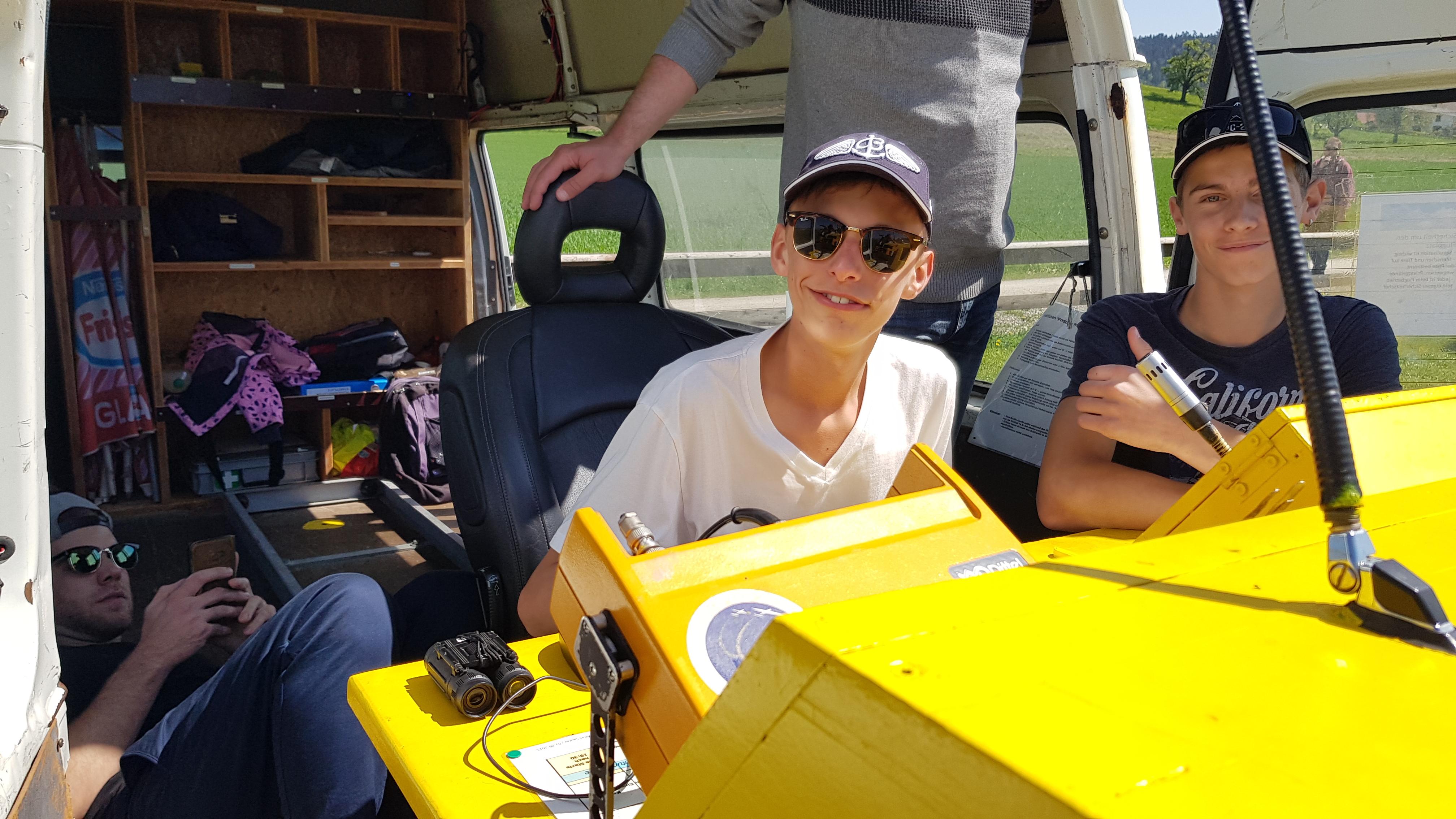 Corsin und Raphael bei der Flugerfassung in Winterthur